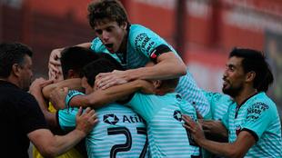Los jugadores de Colón celebran el gol de Guillermo Ortiz