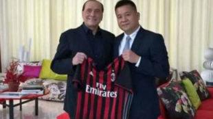 Berlusconi, expropietario del Milan, con el chino Yonhong Li.