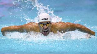 El sudafricano Chad Le Clos nadando la final de 200 mariposa en...