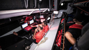 Xabi Fernández y Joan Vila en la mesa de navegación; Pablo Arrarte,...