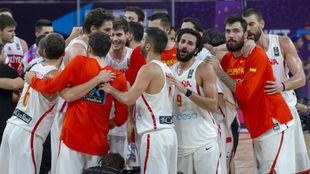 Los jugadores de la selección española hacen pìña después de un...