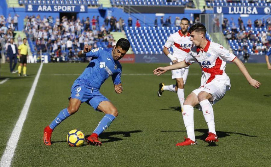 Ángel controlando un balón frente a la defensa del Alavés