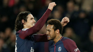Cavani celebra un gol junto a Neymar.