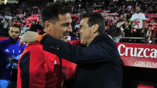 Berizzo y Unzué se abrazan antes del partido.