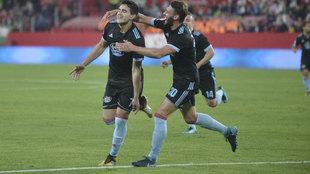Maxi Gómez celebra su gol al Sevilla
