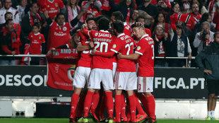 Los jugadores del Benfica celebran el primero de Cervi.