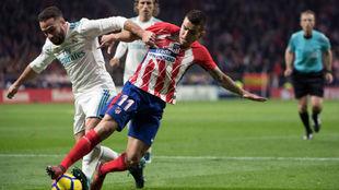 Carvajal lucha por un balón contra Correa en el derbi del...