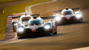 Los dos Toyota pelean con un Porsche en Bahrein