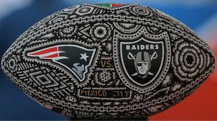 Balón conmemorativo del partido entre Patriotas y Raiders.