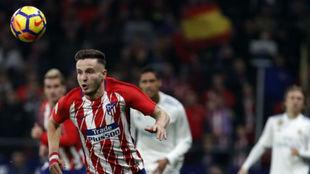 Saúl, busca un balón en el derbi madrileño