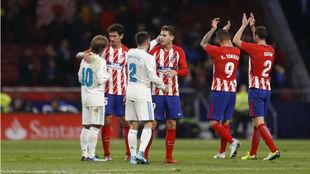 Los jugadores del Atlético saludan a los del Real Madrid tras el...