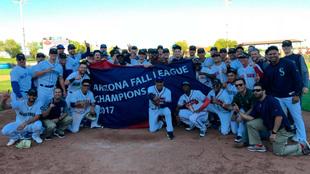 Jugadores de las Javelinas de Peoria festejan el título de la Arizona...