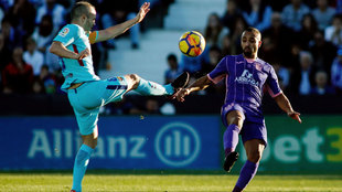 Nabil El Zhar disputa el balón con Iniesta