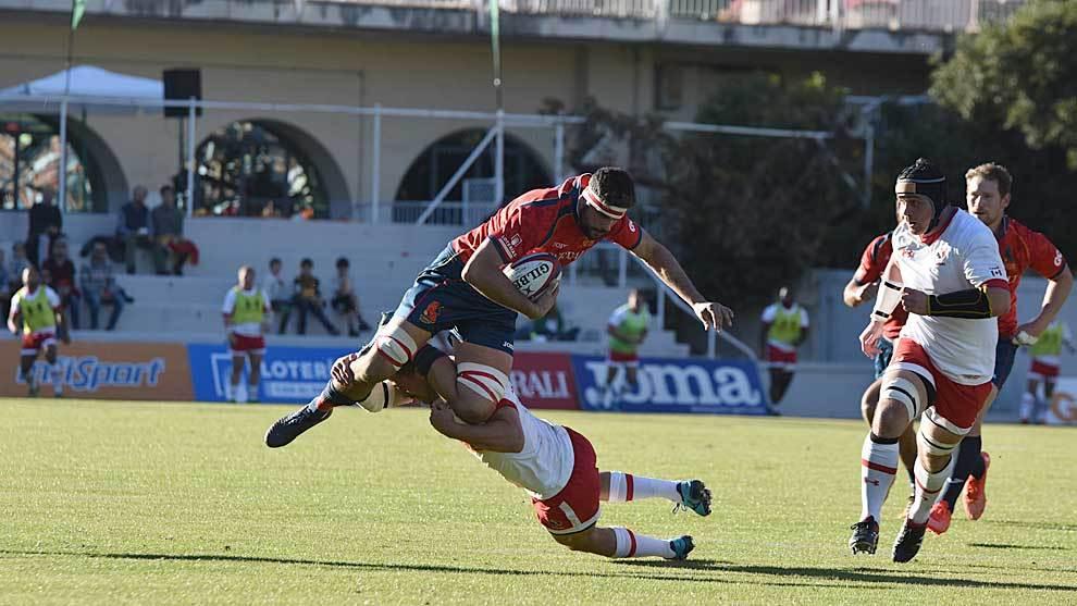 El 'flanker' Pierre Barthere intenta evitar el placaje de un jugador...