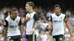 Santi Mina celebra un gol con Rodrigo y Parejo