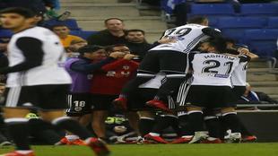 Los jugadores del Valencia celebran el gol de Mina en Cornellá.