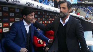 Quique Sánchez Flores saluda a Marcelino antes del encuentro en el...