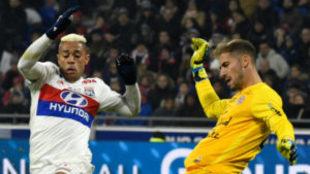 Mariano trata de presionar al meta Lecombe.