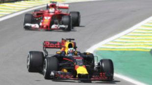 Daniel Ricciardo (Red Bull), delante de Sebastian Vettel (Ferrari) en...