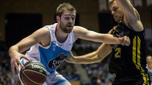 Radovic coge el balón en el duelo ante el Iberostar Tenerife