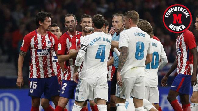 Fernández Borbalán intenta separar a los jugadores en mitad de una...