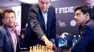Javier Ochoa de Echagüen, presidente de la FEDA, hizo el saque de...