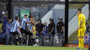 Los jugadores de Racing celebran un gol marcado en La Bombonera