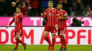 Bernat a la izquierda tras celebrar uno de los goles ante el Augsburgo