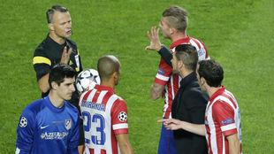 SImeone y sus jugadores protestan a Kuipers en la final de Lisboa.