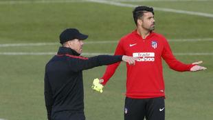 Costa, junto a Simeone en un entrenamiento.