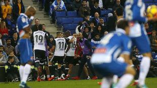 El Valencia celebra uno de sus goles contra el Espanyol en el RCDE...