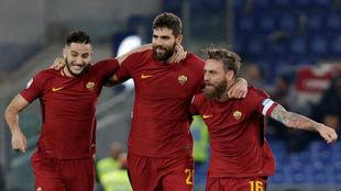Fazio celebra la victoria ante el Lazio con sus compañeros.