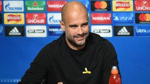 Guardiola porta el lazo amarillo en la rueda de prensa del City