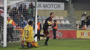 Tomeu Nadal (28) y Querol (28) en la acción del gol catalán.
