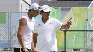 Toni Nadal da instrucciones a Rafa Nadal en los Juegos de Río