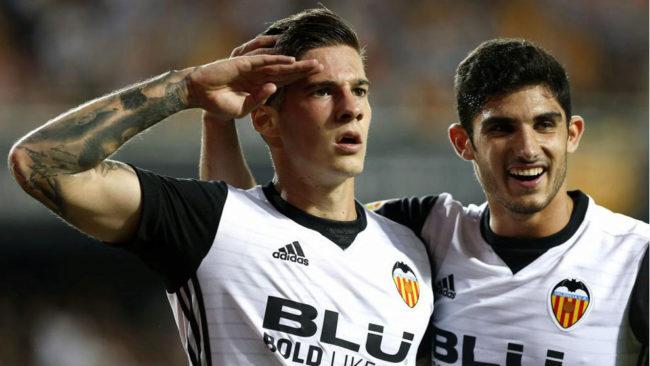 Santi Mina y G�edes, celebran un gol del Valencia esta temporada.