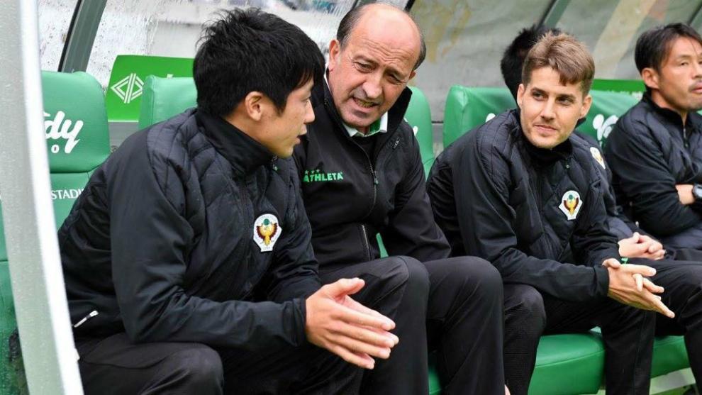 Lotina e Iván Palanco, durante un partido con el Tokyo Verdy