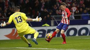 Kiko Casilla evita un gol de Gameiro en el derbi del Wanda...