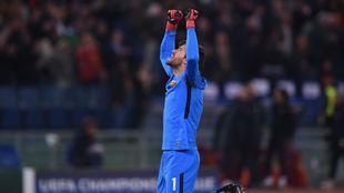Alisson, señalando al cielo tras el partido ante el Chelsea