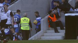 Baptistao abandona el césped del RCDE Stadium en el encuentro contra...