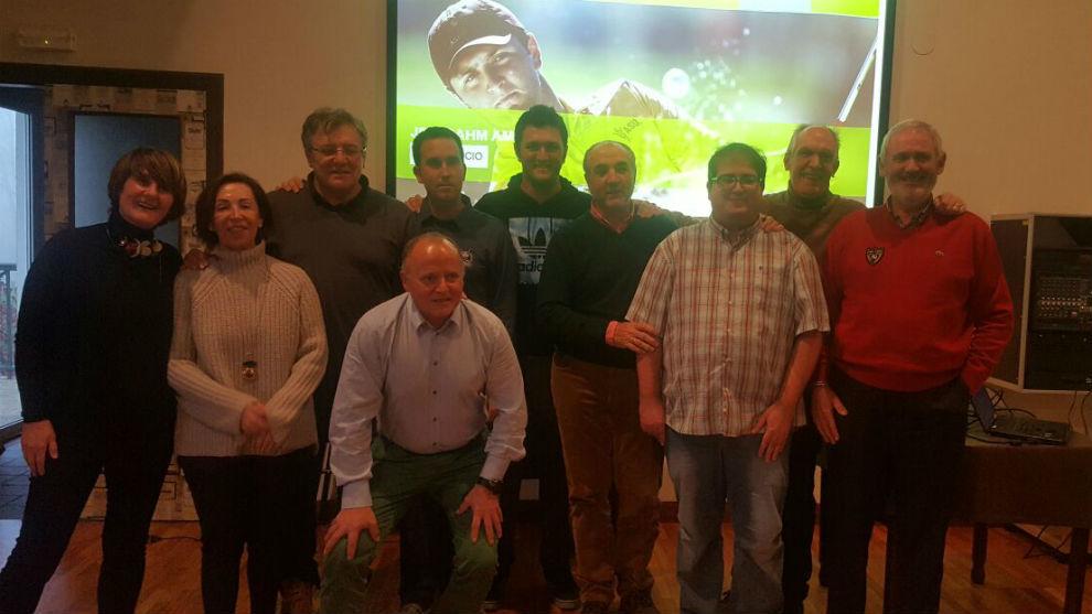 Jon Rahm, junto a algunos miembros de su peña.