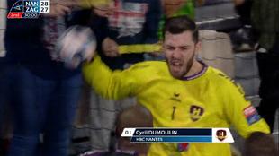 Cyril Dumoulin celebra la parada que aseguró el triunfo al Nantes