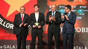 Sergi Roberto recoge el premio en presencia de Bartomeu y Subies.