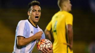 Lautaro Martínez festeja tras marcar un gol a Brasil en el...