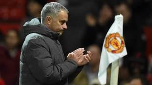 Mourinho, durante un partido con el Manchester United