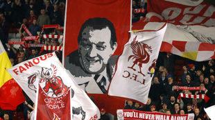 La afición del Liverpool anima durante un partido de Champions.