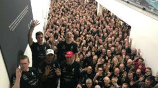 Hamilton, Wolff y Lauda, rodeados de personal de Mercedes, presumen...