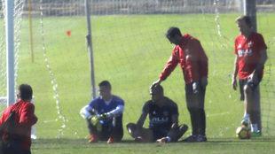 Marcelino hace un gesto cariñoso a Zaza tras el entrenamiento.
