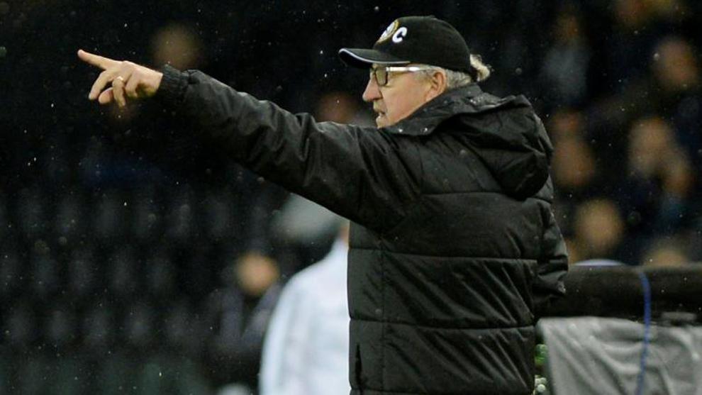 Delneri da indicaciones durante un partido entre el Udinese y la...