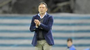 Eusebio Sacristán aplaude durante un partido entre la Real Sociedad y...